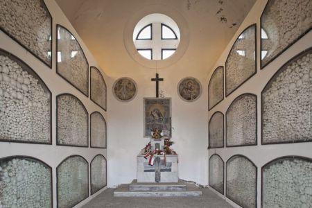 Kostnice, kde jsou umístěny ostatky 7000 vězňů
